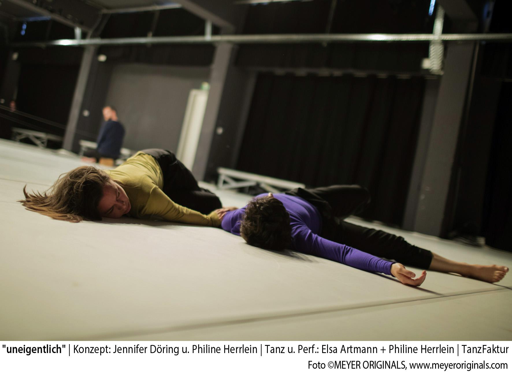 uneigentlich_02_Foto(c)MEYER ORIGINALS_Konzept: Jennifer Döring und Philine Herrlein_Tanz und Performance: Elsa Artmann + Philine Herrlein_Sound: Max Schweder_Lichtdesign: Jörn Loges